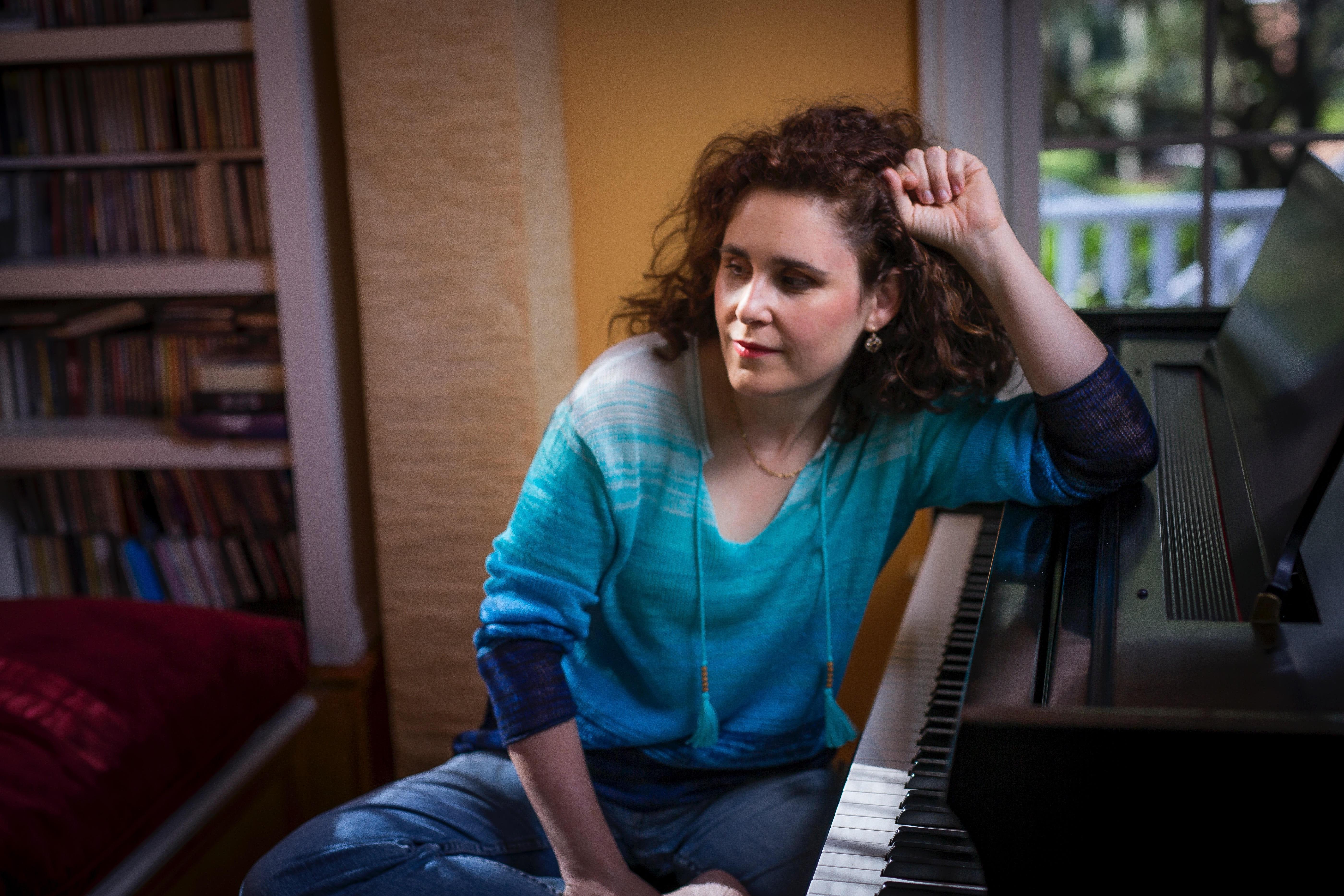 אילה אשרוב 'להכות בפסנתר'